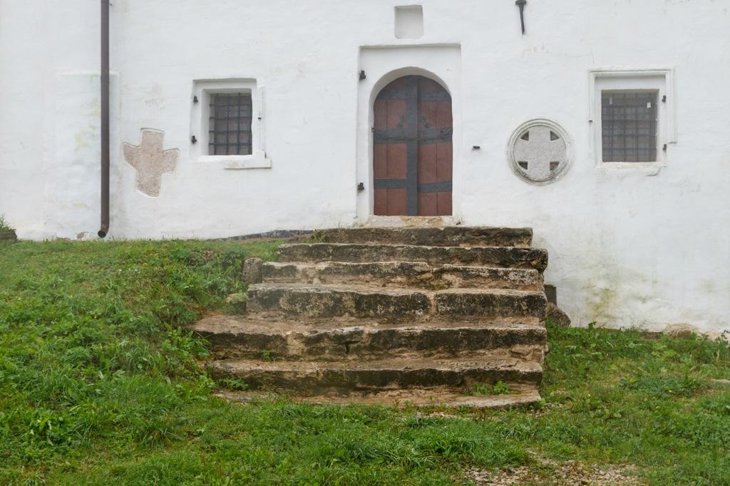 Закладные каменные кресты, вмурованные в стены Никольской церкви.