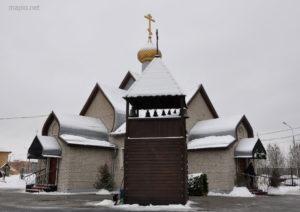 Звонница на фоне храма Троицы Живоначальной в Братееве